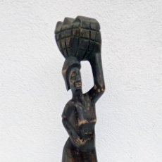 Arte: ESCULTURA FIGURA TALLA DE MADERA REALIZADA A MANO ÉTNICA AFRICANA MUJER CON CESTO ALTURA 32 CM.. Lote 213177215