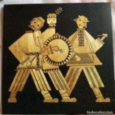 Arte: CUADRO RUSO DE MADERA CON INCRUSTACIONES DE PAJA 'MUSICOS'. 1977. HECHO A MANO. Lote 213436686