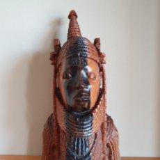 Arte: GRAN TALLA ANTIGUA AFRICANA DEL GOBERNANTE DE BENIN EN MADERA NOBLE MACIZA TALLADA A MANO EN NIGERIA. Lote 214859215