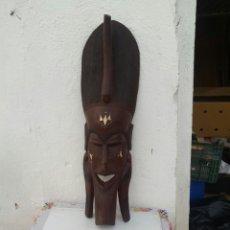 Arte: MASCARA AFRICANA DE MADERA TALLADA A MANO. Lote 218259533