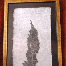 Arte: GRABADO BUDISTA THAILANDIA EN PAPEL DE ARROZ. ENMARCADO. MEDIDAS: 76 CM X 47,5 CM. Lote 221307658