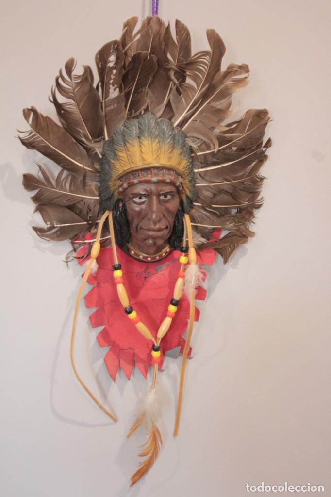 INDIO PARA COLGAR EN LA PARED EN PIEL, PLASTICO Y PLUMAS NATURALES (Arte - Étnico - América)
