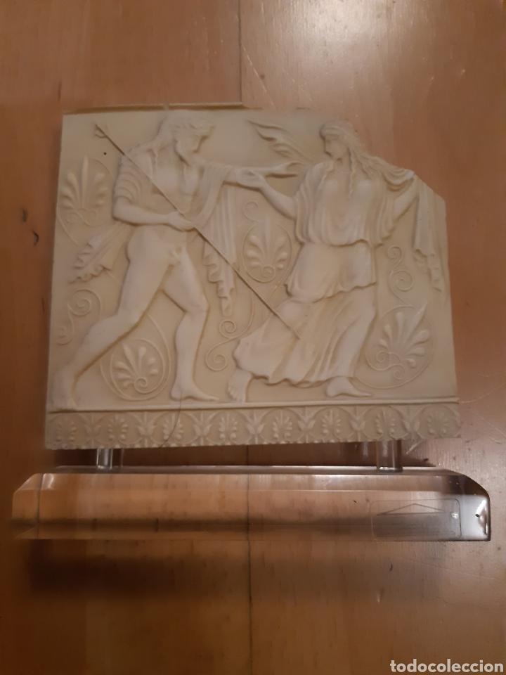 FIGURA REPRODUCCIÓN ANTIGUA GRECIA EN RELIEVE SOBRE METACRILATO. VER DESCRIPCIÓN (Arte - Étnico - Europa)
