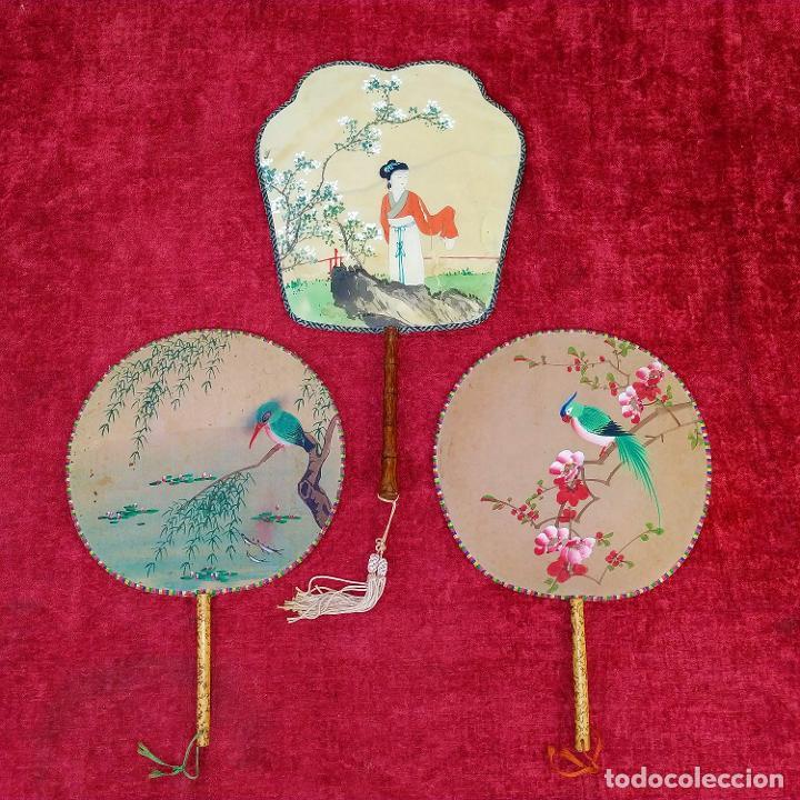 3 ANTIGUOS PAY-PAY CHINOS. EN SEDA PINTADA Y MADERA. CHINA. SIGLO XIX-XX (Arte - Étnico - Asia)