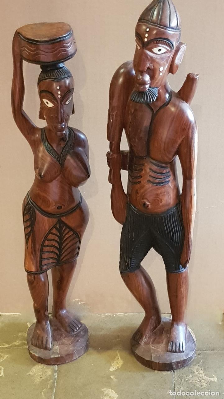 FLAMANTE PAREJA DE CAZADORES / TALLADO EN MADERA DE MAHOGANY / GUINEA / GRAN TAMAÑO / 10 KG / LEER (Arte - Étnico - África)