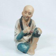 Arte: ANTIGUA ESCULTURA DE UN ANCIANO JAPONÉS FUMANDO PIPA EN PORCELANA. Lote 228011700