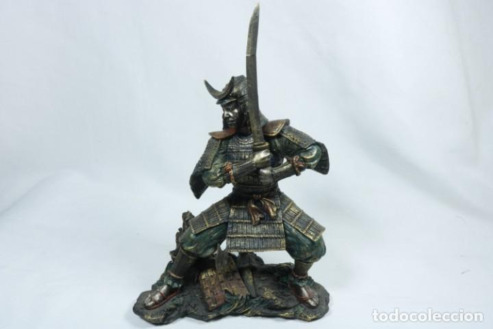 ESCULTURA DE UN GUERRERO SAMURÁI JAPONÉS VESTIDO CON LA ARMADURA TRADICIONAL EN RESINA (Arte - Étnico - Asia)