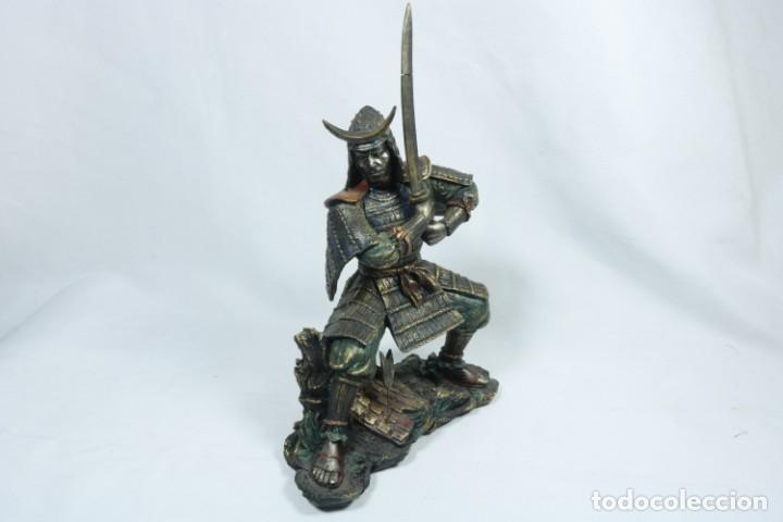 Arte: Escultura de un guerrero samurái japonés vestido con la armadura tradicional en resina - Foto 2 - 228013085