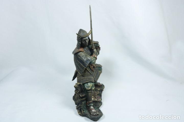 Arte: Escultura de un guerrero samurái japonés vestido con la armadura tradicional en resina - Foto 3 - 228013085