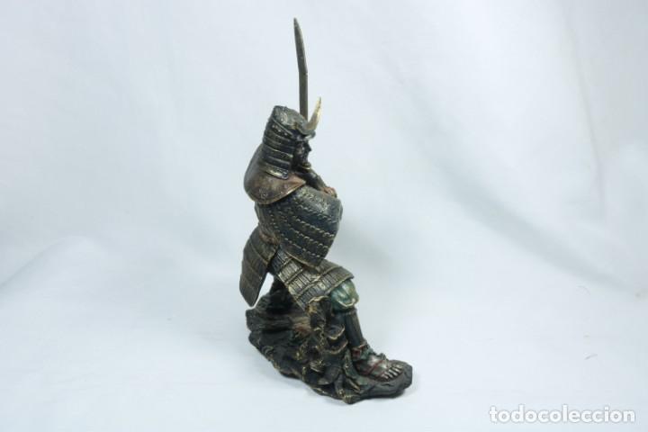 Arte: Escultura de un guerrero samurái japonés vestido con la armadura tradicional en resina - Foto 4 - 228013085