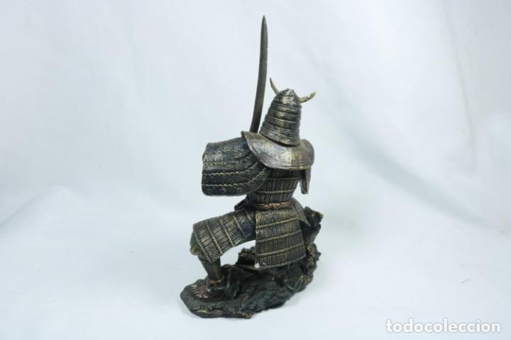 Arte: Escultura de un guerrero samurái japonés vestido con la armadura tradicional en resina - Foto 7 - 228013085
