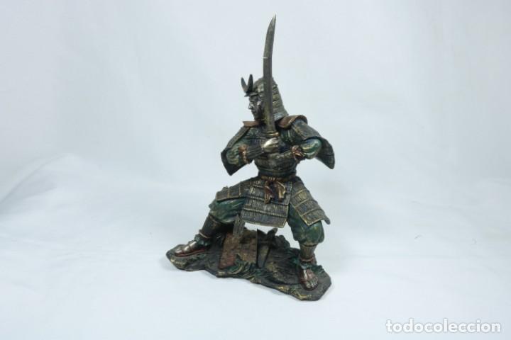 Arte: Escultura de un guerrero samurái japonés vestido con la armadura tradicional en resina - Foto 10 - 228013085