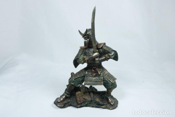 Arte: Escultura de un guerrero samurái japonés vestido con la armadura tradicional en resina - Foto 11 - 228013085