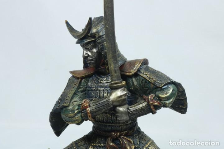 Arte: Escultura de un guerrero samurái japonés vestido con la armadura tradicional en resina - Foto 13 - 228013085