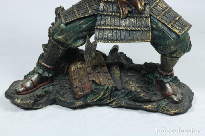 Arte: Escultura de un guerrero samurái japonés vestido con la armadura tradicional en resina - Foto 15 - 228013085