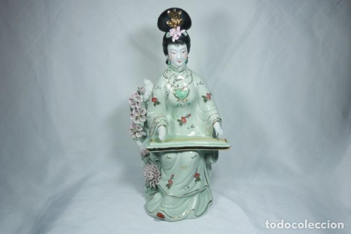 GRAN ESCULTURA DE PORCELANA BISCUIT DE UNA GEISHA SATSUMA TOCANDO UN INSTRUMENTO TRADICIONAL JAPONÉS (Arte - Étnico - Asia)