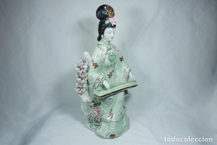 Arte: Gran escultura de porcelana biscuit de una geisha satsuma tocando un instrumento tradicional japonés - Foto 2 - 228015115