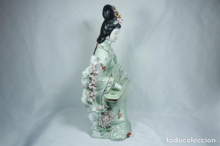 Arte: Gran escultura de porcelana biscuit de una geisha satsuma tocando un instrumento tradicional japonés - Foto 3 - 228015115