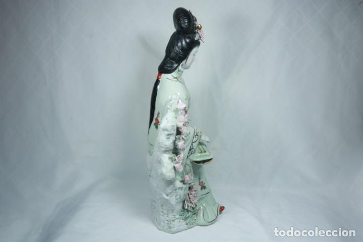 Arte: Gran escultura de porcelana biscuit de una geisha satsuma tocando un instrumento tradicional japonés - Foto 4 - 228015115