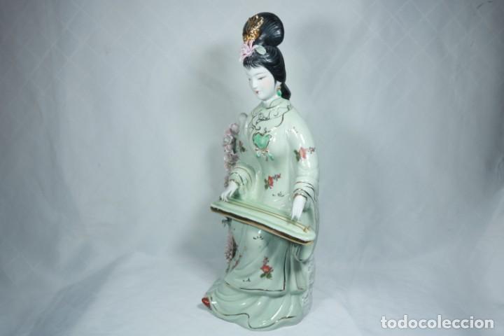 Arte: Gran escultura de porcelana biscuit de una geisha satsuma tocando un instrumento tradicional japonés - Foto 9 - 228015115