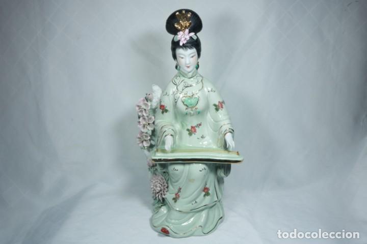 Arte: Gran escultura de porcelana biscuit de una geisha satsuma tocando un instrumento tradicional japonés - Foto 10 - 228015115