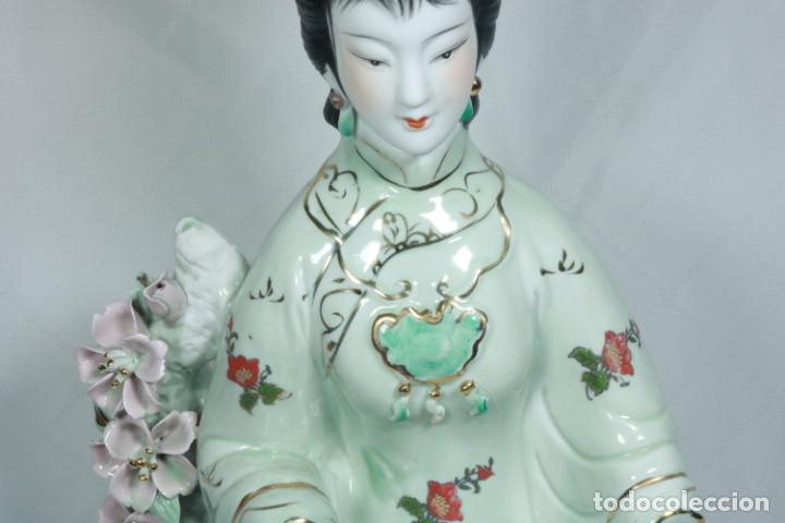 Arte: Gran escultura de porcelana biscuit de una geisha satsuma tocando un instrumento tradicional japonés - Foto 12 - 228015115