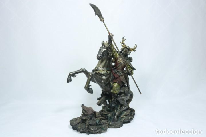 Arte: Escultura de un samurái vestido con la armadura tradicional y montado a caballo hecho en resina - Foto 2 - 228018525