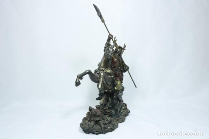 Arte: Escultura de un samurái vestido con la armadura tradicional y montado a caballo hecho en resina - Foto 3 - 228018525