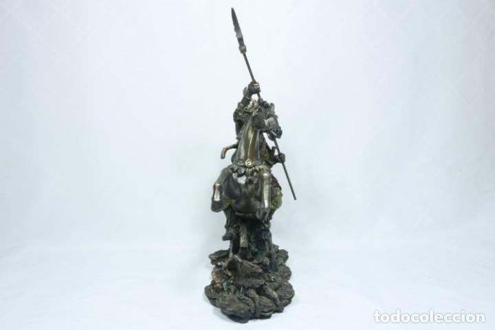 Arte: Escultura de un samurái vestido con la armadura tradicional y montado a caballo hecho en resina - Foto 4 - 228018525