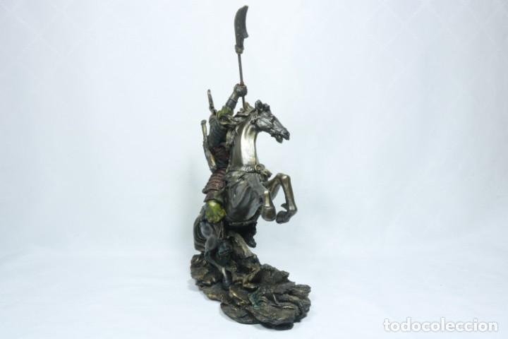Arte: Escultura de un samurái vestido con la armadura tradicional y montado a caballo hecho en resina - Foto 5 - 228018525