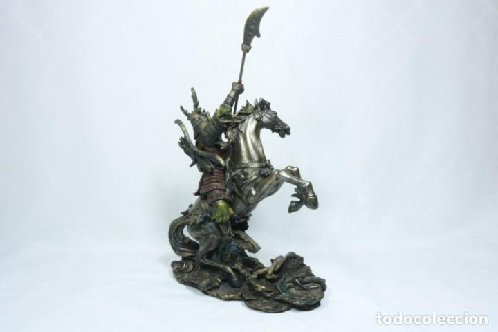 Arte: Escultura de un samurái vestido con la armadura tradicional y montado a caballo hecho en resina - Foto 6 - 228018525