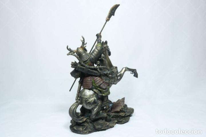 Arte: Escultura de un samurái vestido con la armadura tradicional y montado a caballo hecho en resina - Foto 8 - 228018525
