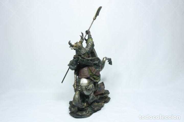 Arte: Escultura de un samurái vestido con la armadura tradicional y montado a caballo hecho en resina - Foto 9 - 228018525