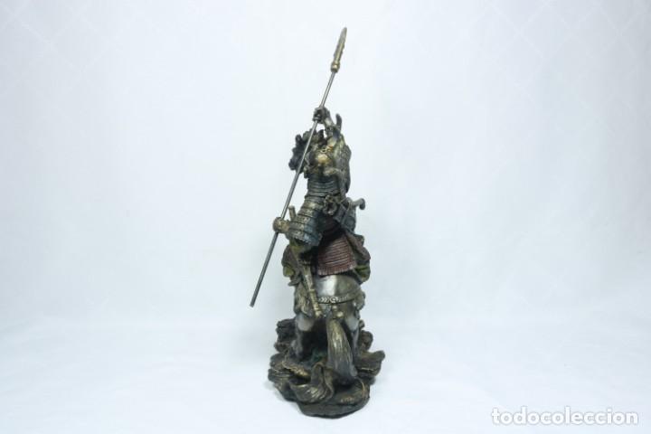 Arte: Escultura de un samurái vestido con la armadura tradicional y montado a caballo hecho en resina - Foto 10 - 228018525