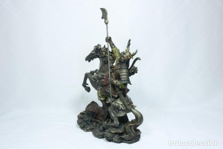 Arte: Escultura de un samurái vestido con la armadura tradicional y montado a caballo hecho en resina - Foto 11 - 228018525