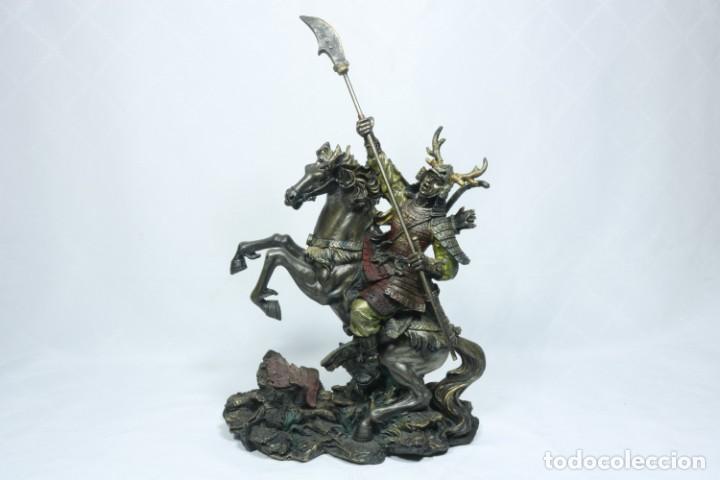Arte: Escultura de un samurái vestido con la armadura tradicional y montado a caballo hecho en resina - Foto 12 - 228018525