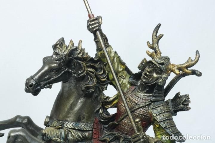 Arte: Escultura de un samurái vestido con la armadura tradicional y montado a caballo hecho en resina - Foto 14 - 228018525