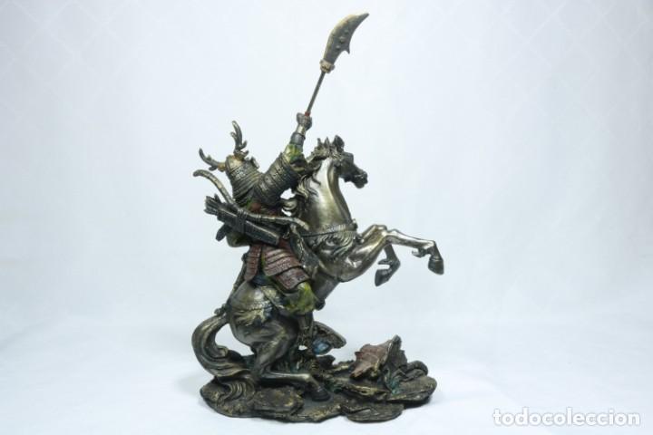 Arte: Escultura de un samurái vestido con la armadura tradicional y montado a caballo hecho en resina - Foto 17 - 228018525