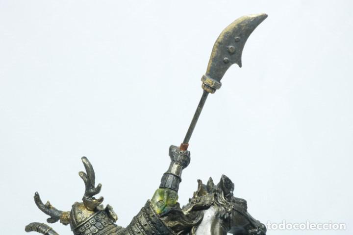 Arte: Escultura de un samurái vestido con la armadura tradicional y montado a caballo hecho en resina - Foto 18 - 228018525