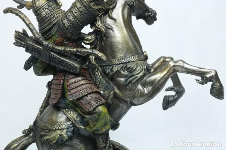 Arte: Escultura de un samurái vestido con la armadura tradicional y montado a caballo hecho en resina - Foto 20 - 228018525