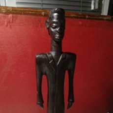 Arte: FIGURA AFRICANA. ESTATUILLA ANTROPOMÓRFICA, HOMBRE BLANCO CON TRAJE. MADERA PAU PRETO.(CIRCA 1970). Lote 228192805
