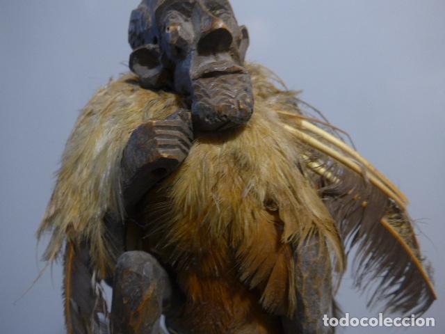 Arte: Antigua escultura fetiche con plumas de madera tallada africana, original, de tribu de mali - Foto 3 - 228479655