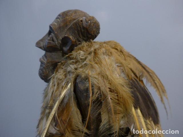 Arte: Antigua escultura fetiche con plumas de madera tallada africana, original, de tribu de mali - Foto 6 - 228479655