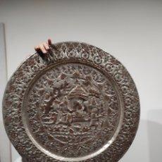 Arte: ENORME PLATO ORIENTAL DE 57CM EN METAL TRABAJADO A MANO. Lote 230094070