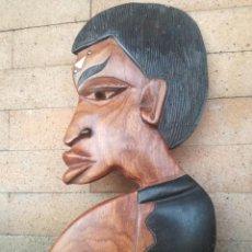 Arte: PRECIOSA TALLA AFRICANA MADERA PINTADA CON INCRUSTACIONES DE MARFIL - MEDIDA: 36 X 16 CM. Lote 231766305