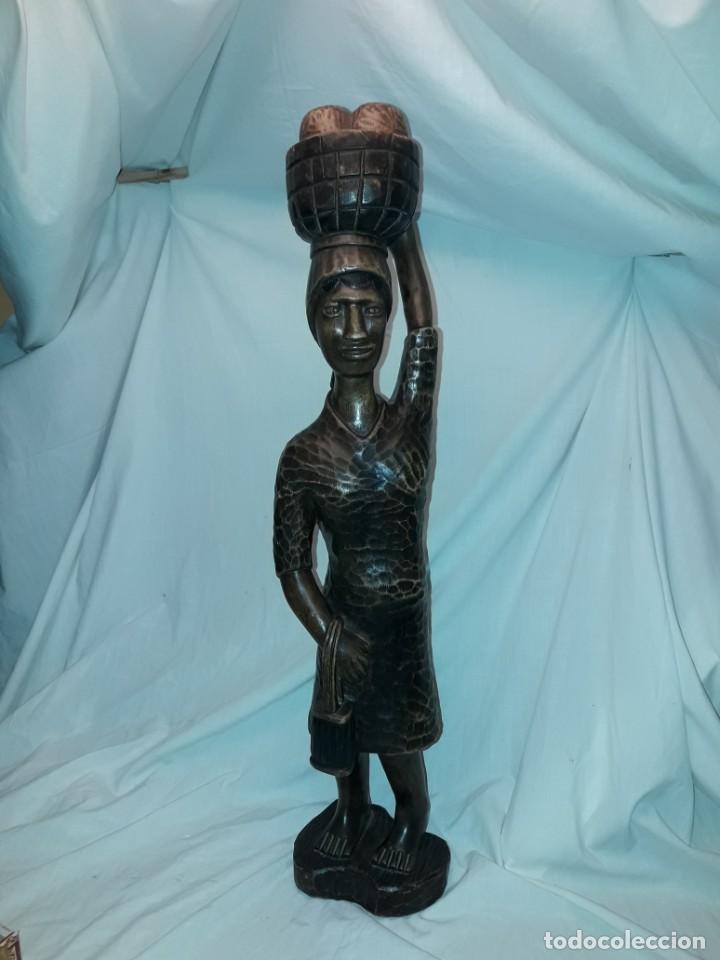 BELLA GRAN TALLA DE MADERA AFRICANA VENDEDORA DE PAN CON CESTA EN LA CABEZA 67CM (Arte - Étnico - África)