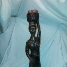 Arte: BELLA GRAN TALLA DE MADERA AFRICANA VENDEDORA DE PAN CON CESTA EN LA CABEZA 67CM. Lote 235610150