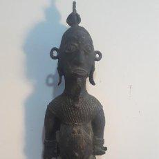 Arte: MAGNIFICA FIGURA EN BRONCE AFRICANA,CAMERUN? DE BUEN TAMAÑO 80CM ,ATIPICA. Lote 236015810