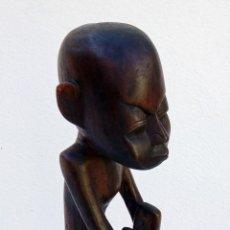 Arte: ESCULTURA FIGURA TALLA DE MADERA REALIZADA A MANO ÉTNICA AFRICANA HOMBRE SENTADO ALTURA 48 CM.. Lote 236168335