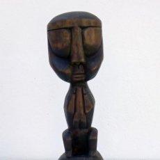 Arte: ESCULTURA FIGURA TALLA DE MADERA REALIZADA A MANO ÉTNICA AFRICANA HOMBRE SENTADO ALTURA 44 CM.. Lote 236169525